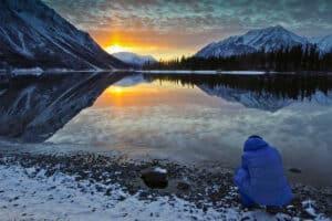 Ein Gast auf Fotoreisen mit Beat Glanzmann Landschaftsfotografie Spiegelbild am Kathleen Lake Winter im Norden von Kanada