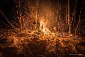 Grosses Lagerfeuer Abenteuer Wildnis erleben im Winter Yukon Glanzmann Urlaub in der Natur Stille Weite Kanadas