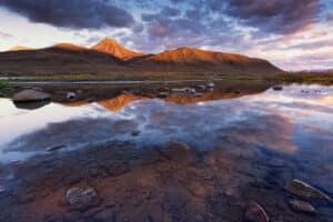 Landschaftsfotografie Berge Spiegelbild im Wasser Morgenrot mit Profifotograf unterwegs zum Polarkreis im Indian Summer