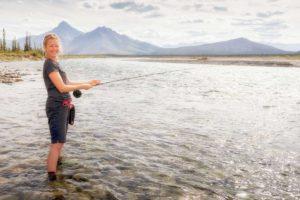 Fliegenfischen angeln an der Grenze zu Alaska im Yukon auf Paddeltouren Reisen Kanada Nordland Touren