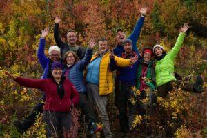 Gruppenfoto Indian Summer Rundreisen, lachende, glückliche Teilnehmer auf Naturreisen in buten Herbstfarben unterwegs