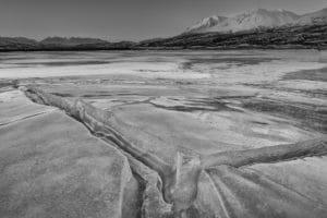 Auf gefrorenem Bergsee am Haines Pass Summit Landschaftsfotografie. Landscape-scenery