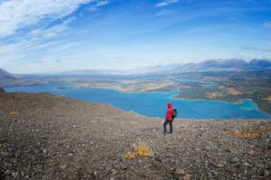 Wanderer schaut über den Kathleen Lake. Sicht vom Hike am Kings Throne Kluane National Park Yukon an der Haines Road
