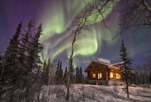 Selbstgebautes romantisches Blockhaus vom Auswanderer Beat Glanzmann im Yukon mit Nordlichter fotografiert