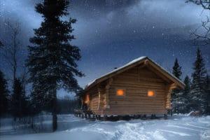 Beleuchtete Montana Cabin Blockhaus im Yukon mit Sternenhimmel. Prisma Fotografie - Touren Reisen