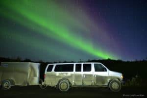 Nordlichter fotografieren und bestaunen unterwegs mit Kleinbus zum Polarkreis. Geführt Gruppenreisen im Norden des Yukons.