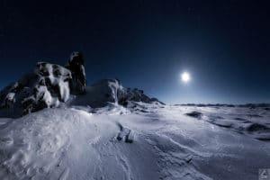 Simone Buch fotografiert im Yukon Schneestrukturen beleuchtet von Mondlicht auf Bergspitze