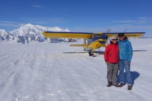 Begeisterte Gäste auf Sightseeing Flug zu den Gletschern im Kluane National Park mit Mount Logan als Highlight Rundflüge Yukon Sehenswürdigkeiten