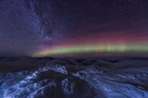 Brillantes Aurora Borealis am klaren Sternenhimmel fotografiert. Nachtaufnahme Workshops mit Profifotograf auf Winterreisen