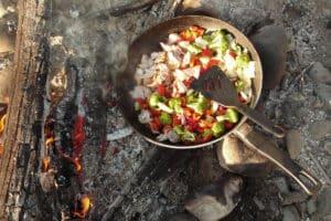 Essen am Lagerfeuer Zelten und Camping im Yukon auf geführten Gruppenreisen in Kanada auf Flüssen Paddeltouren