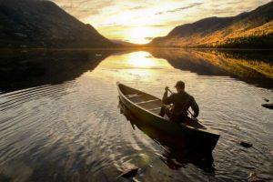 Im Kanu auf Pirsch auf einsamen Seen und Flüssen paddeln in der Wildnis am Liard River im Yukon Kanada