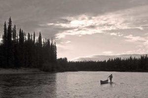 Kanufahren auf dem Liard River im Yukon paddeln, angeln und jagen auf Flüssen unterwegs in der Wildnis im Norden von Kanada
