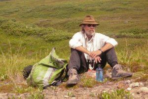 Wanderer macht Rast auf geführter Wanderreise in der Wildnis Wandern unterwegs mit Reiseanbieter Touren am Kluane Yukon