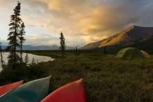 Kanutouren Wildnis Abenteuer Alaska Yukon Sommer Camping und Zelten am Liard River Yukon
