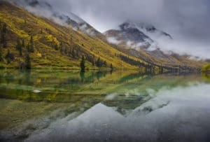 Herbstfarben im Kluane National Park St. Elias Lake Landschaftsfotografie mit Spiegelbild im See Fotoreisen im Norden Kanadas