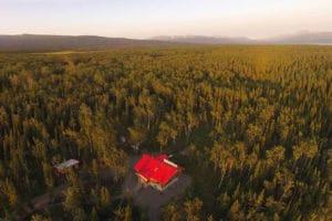 Luftaufnahme im Indian Summer von der Basis Glanzmann Tours Yukon mit Dezadeash Lake im Hintergrund Haupthaus Lodge