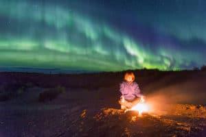Nordlichter am Lagerfeuer beobachtet und fotografiert auf Kanutouren Flussreisen Yukon River Flüsse im Norden paddeln
