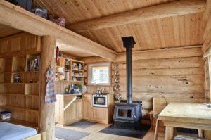 Bella Luna Kluane Region Blockhuette mieten im Yukon Wildnisleben, gemütlicher Holzofen und Küche